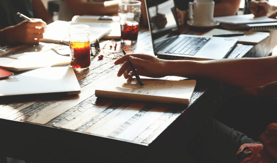 personas en una reunión entorno a una mesa